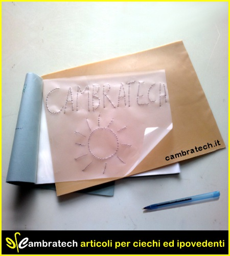 Picture of the sketchbook with the rubber top with a view on the upper surface, we see a sheet on which, as an example, we wrote cambratech and we designed a stylized sun.