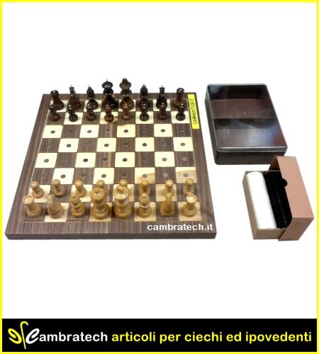 Image of the magnetic chessboard with chess figures placed on it; beside the custody with the ladies and the empty chess case.